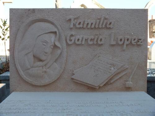 Frente de panteón familiar de Piedra Rosa Sepúlveda. Cementerio de Sepúlveda.