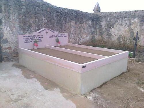 Sepultura de piedra Rosa Sepúlveda. Cementerio de Pajarejos (Segovia).