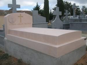 Panteón de Piedra Rosa Sepúlveda pulido. Cementerio de Boceguillas.