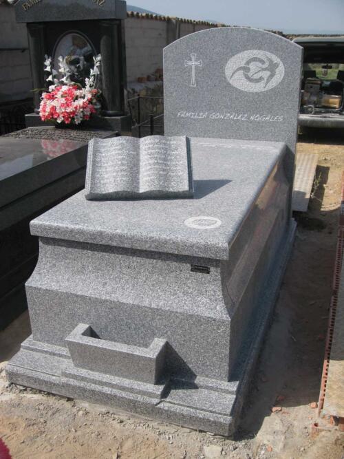Panteón de granito Quintana. Cementerio de Santo Tomé del Puerto (Segovia).