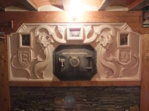 Relieve en bodega particular de 2,40 x 1,20 m con escudos heráldicos. Piedra Rosa Sepúlveda.