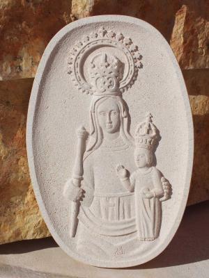 Medallón de la Virgen de la Peña de 45 cm. Piedra Rosa Sepúlveda.