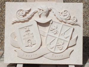 Escudo heráldico con los apellidos Lázaro y Parra, de 90 x 70 cm en Piedra Rosa Sepúlveda.