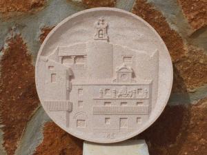 Medallón de la Plaza de Sepúlveda, en Piedra Rosa Sepúlveda de 35 cm.