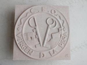 Escudo del Colegio Público de Sepúlveda. De 80 x 80 cm en Piedra Rosa Sepúlveda.