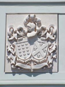 Escudo de la bodega Reyes Magos de Alcorcón (Madrid), elaborado en piedra Rosa Sepúlveda de 196 x 165 cm.