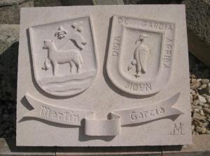 Escudo heráldico de los apellidos Martín y García. Piedra Rosa Sepúlveda. Medidas 50 X 40 cm.