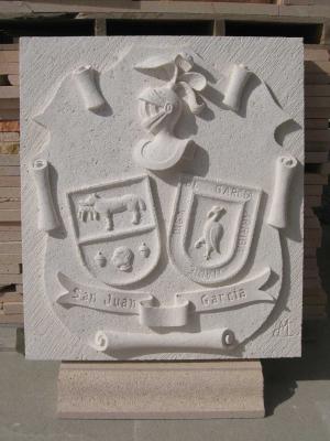 Escudo heráldico con los apellidos San Juan y García. De 60 x 45 cm. Piedra caliza Blanca.