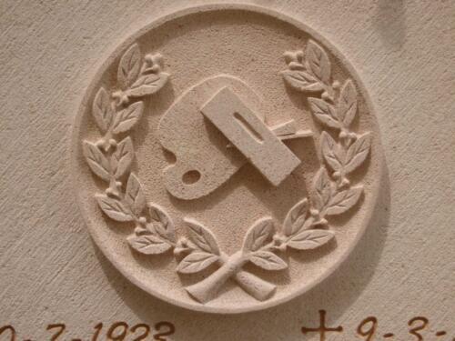 Relieve dedicado a un artesano de la madera y pintura, de 30 cm en Piedra Rosa Sepúlveda.
