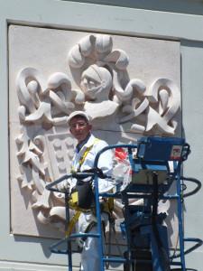 Sellado de la unión de las dos piezas del escudo de Bodega Reyes Magos de Alcorcón (Madrid) 196x165 cm.