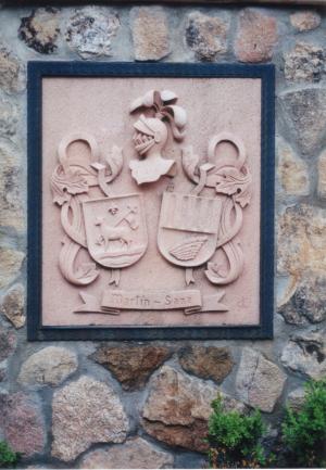 Escudo heráldico de los apellidos Martín - Sanz. Piedra Rosa Sepúlveda. Medidas 60 X 50 cm.