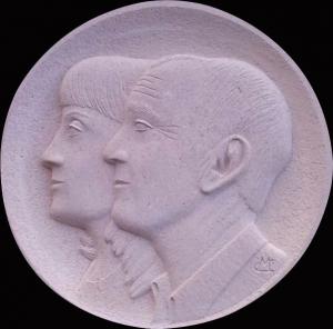 Medallón con retrato de matrimonio, de 40 cm. Piedra Rosa Sepúlveda.