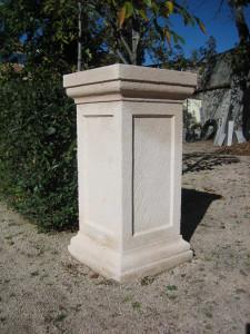 Columna para maceta en jardín particular de la Granja de San Ildefonso (Segovia).