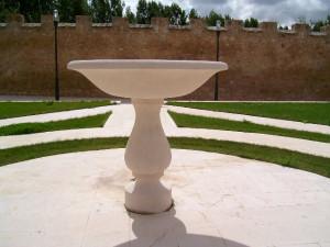 Fuente en los jardines del Monasterio de Valbuena (Valladolid) Piedra Rosa Sepúlveda.