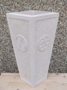 Paragüero con detalles románicos tallados en los lados.