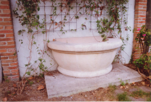 Fuente para jardín en chalet particular. Medidas 180 x 70 cm. Piedra Rosa Sepúlveda abujardada.