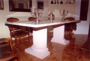 Mesa en vivienda particular. Pie de Piedra Rosa Sepúlveda abujardada y encimera de mármol de Carrara pulido. Medidas 2 m de largo.