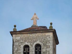 Escultura del Corazón de Jesús de 2 m de alto en piedra Rosa Sepúlveda instalado en la iglesia de Fuentepiñel (Segovia).