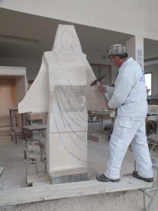 Labra con la pica en la escultura del Corazón de Jesús de Fuentepiñel (Segovia) de 2 m.