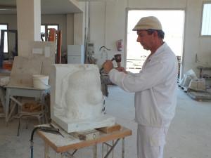 Proceso de talla mediante sacado de puntos de escultura de Pablo Serrano. Mármol de Carrara.