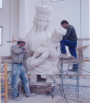 Reproducción de la Virgen de la Almudena. Escultura de Ramón Chaparro, para la Catedral de Madrid. 4,5 m de altura. Piedra Caliza de Andalucía.
