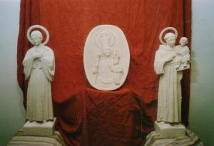 Escultura de Santa Gema, 85 cm de alto. Centro_ Medallón de la Virgen de la Peña, 50 cm de alto. Dcha._ Escultura de San Antonio, 85 cm de alto. Piedra Rosa Sepúlveda_