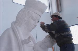 Reproducción de la Virgen de la Almudena. Escultura de Ramón Chaparro para la Catedral de Madrid. 4,5 m de alto. Piedra Caliza de Andalucía.