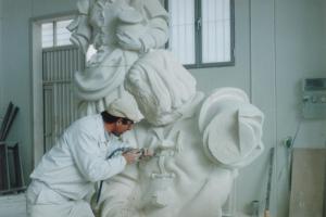 Reproducción de San Isidro, escultura de Ramón Chaparro para la Catedral de Madrid. 3,5 m de altura. Piedra Caliza de Andalucía.