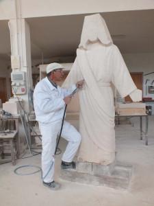 Trabajo con martillo neumático y cincel en la escultura de 2 m del Corazón de Jesús de Fuentepiñel (Segovia).