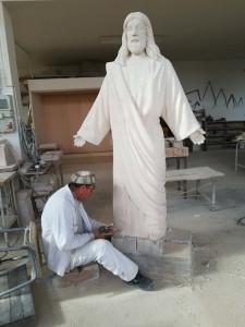 Ultimando a cincel los detalles del Corazón de Jesús de Fuentepiñel (Segovia) de 2 m.