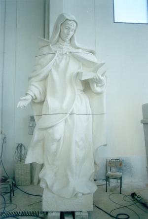 Reproducción de Santa Teresa. Escultura de Ramón Chaparro para la Catedral de Madrid. 3,5 m de alto. Piedra Caliza de Andalucía.