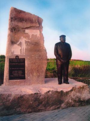 Monumento al Sr. de Entrín (Badajoz) 2 bloques de Piedra Rosa Sepúlveda de 10 y 14 toneladas y escultura de bronce de 2 m de alto.