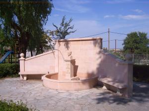 Fuente y monumento a Isaac de Frutos en parque infantil público de Sepúlveda. Piedra Rosa Sepúlveda.