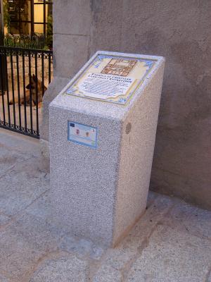 Atril de granito instalado en las calles de La Granja de San Ildefonso (Segovia)