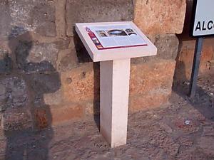 Atril pueblos del nordeste de Segovia. 1,20 de alto. Piedra Rosa Sepúlveda abujardada.