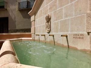 Cuatro caños vertiendo agua en fuente de la Plaza Mayor de Borox (Toledo).