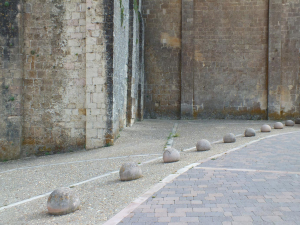 Bolandas entorno a la iglesia de El Salvador en Sepúlveda (Segovia). Piedra Rosa Sepúlveda. 40 cm de diámetro.