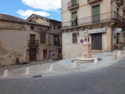 Bolardos entorno a la fuente de la Plaza Mayor de Sepúlveda.