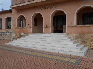 Escalinata de entrada al Ayto. de Casla (Segovia) elaborado de piedra de Campaspero.