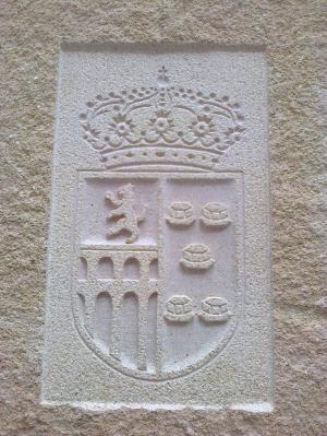 Escudo del Ayto. de Valmojado tallado en Monolito de parque público de Piedra Rosa Sepúlveda.