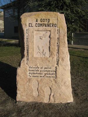 Monolito de homenaje situado en Cuéllar (Segovia). Bloque rustico de Piedra Rosa Sepúlveda.