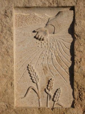 Detalle monolito de homenaje situado en Cuéllar (Segovia). Bloque rustico de Piedra Rosa Sepúlveda.