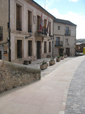 Baldosas y bordillos de Piedra Rosa Sepúlveda en las calles de Sepúlveda.