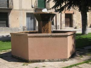 Fuente de Piedra Rosa Sepúlveda en plaza pública de Veganzones (Segovia).