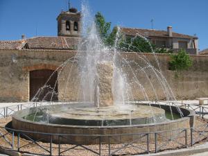 Monolito en Piedra Rosa Sepúlveda en plaza pública de San Pedro de Gaillos (Segovia).