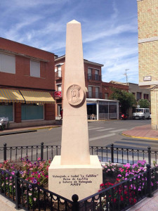 Monolito dedicado a Isabel la Católica de 3,80m de alto de Piedra Rosa Sepúlveda de Valmojado (Toledo).