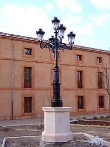Pie de farola en jardín público de Ayllón (Segovia). Piedra Rosa Sepúlveda. Octogonal de 150 X 125 cm con el escudo de Ayllón tallado.