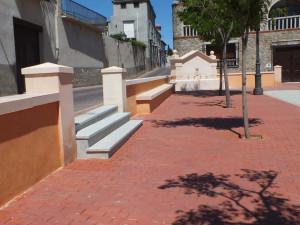 Pilastras, albardilla, fuente de piedra Rosa Sepúlveda y peldaños de granito en Plaza Mayor de Borox (Toledo).