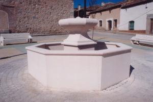 Fuente de Piedra Rosa Sepúlveda en plaza pública  de Marugán (Segovia).