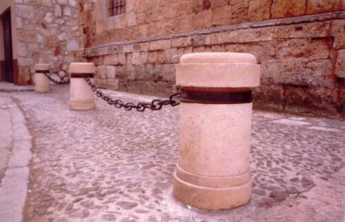 Bolardos en calle pública de Ayllón (Segovia). Piedra Rosa Sepúlveda abujardada. 80 X 40 cm de diámetro.